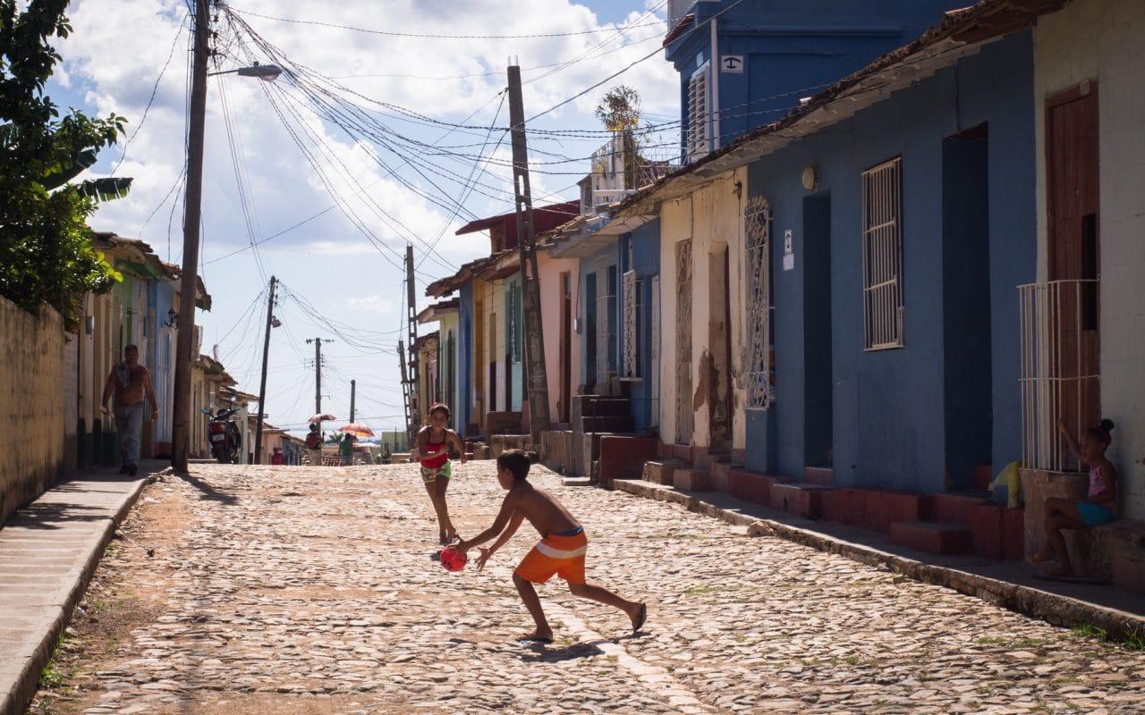 foot enfant cubain -trinidad cuba