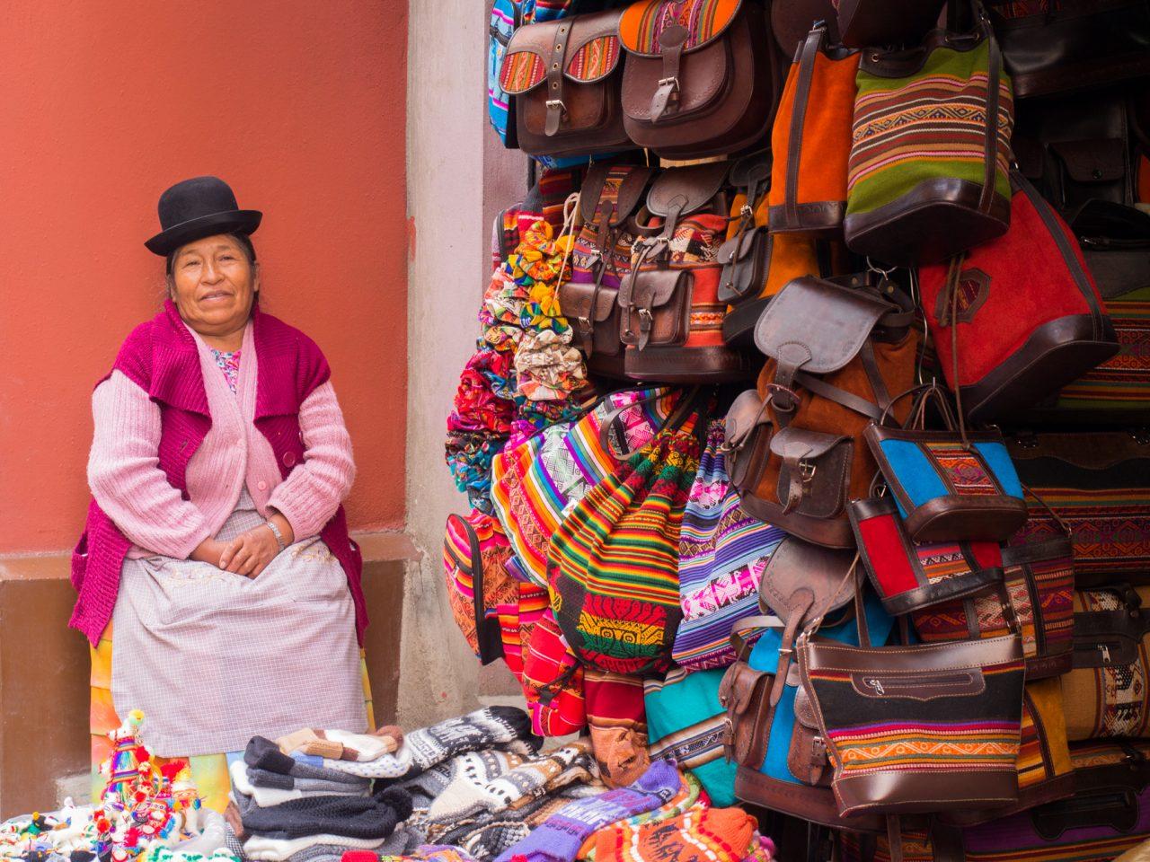 chapeau bolivien femme-marché typique de bolivie la paz-sac en cuir bolivien