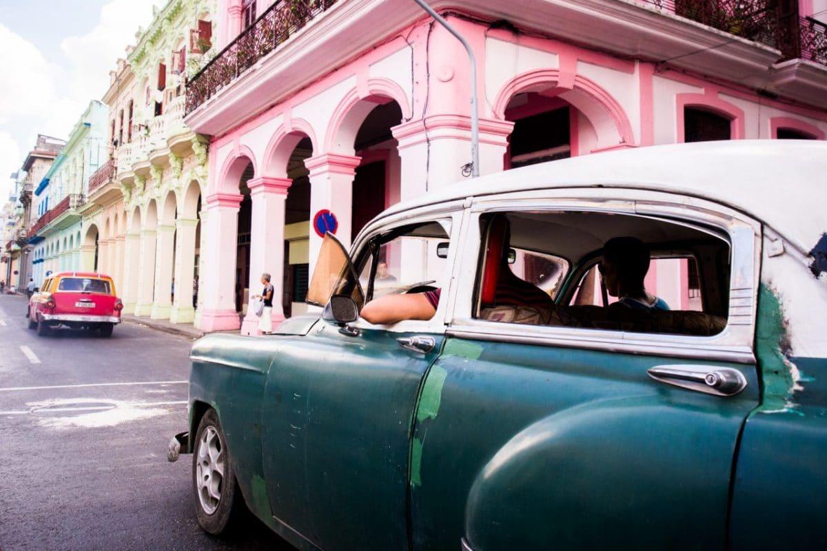la havana-balade en voiture americaine a la havane-la havane voiture-rue de la havane- architecture la havane-