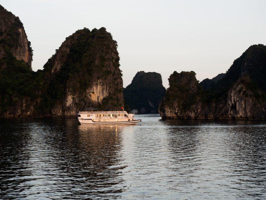 photos du vietnam - découvrir la baie d'halong - voyager en jonque - naviguer sur une jonque dans la bai tu long bay