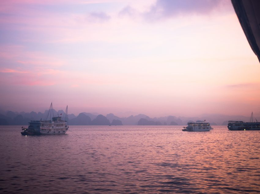 photos du vietnam - la baie d'halong - voyager en jonque - naviguer sur une jonque dans la bai tu long bay