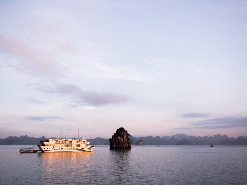découvrir la baie d'halong - voyager en jonque - naviguer sur une jonque dans la bai tu long bay