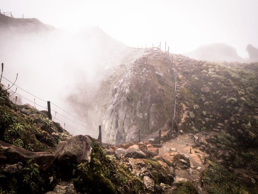 volcan de la soufrière en guadeloupe - cratère la soufrière aux antilles - photo du cratère de la soufrière en guadeloupe