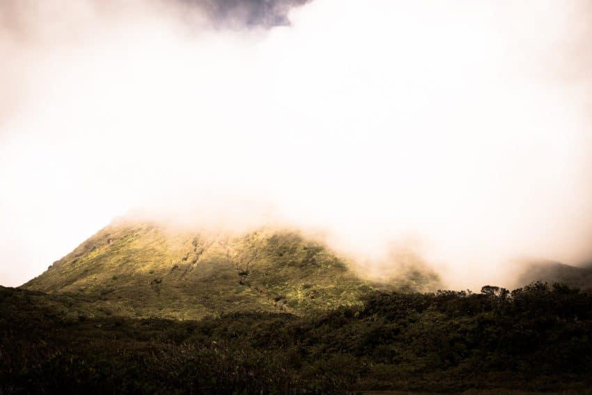 volcan de la soufrière en Guadeloupe - volcan antillais-photo de la soufrière en guadeloupe dans la brume