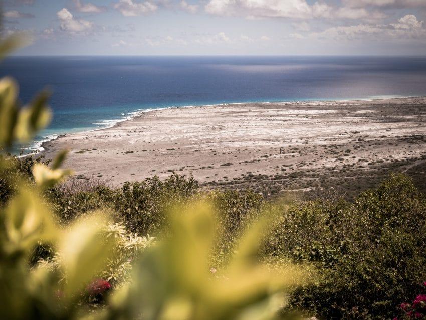 volcan de la soufrière - ile de montserrat aux antilles-plage des caraibes