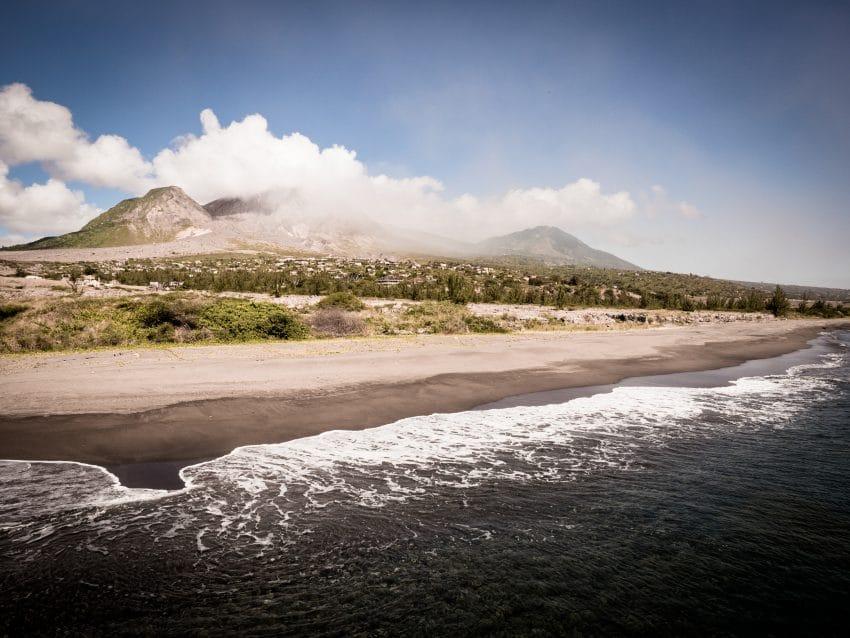 plage des caraibes- volcan la soufrière en Guadeloupe - montserrat antilles