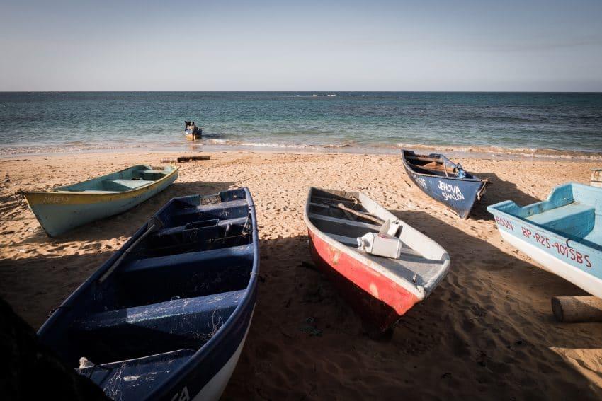 photo de voyage en république dominicaine sur les plages des caraïbes - Pirogues sur le bord de la plage
