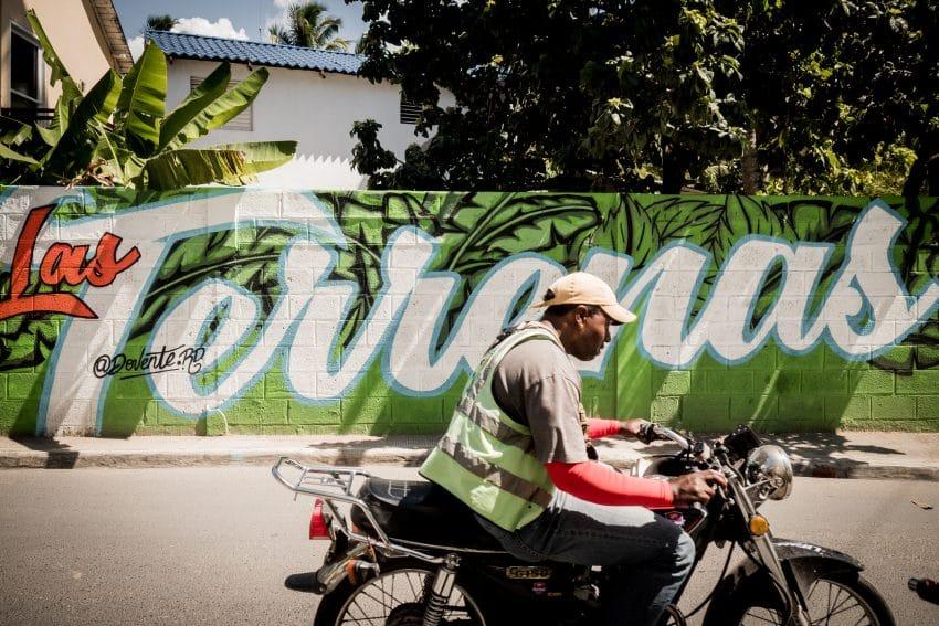 Carnet de voyage en république Dominicaine sur la péninsule de Samana - Photo d'un dominicain en moto à las terranas