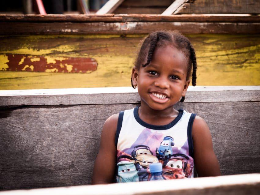 guyane Amazonie ; enfant pirogue sur les rives du maroni, fleuve st laurent
