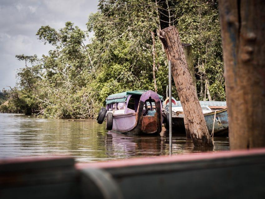 guyane Amazonie ; pirogue sur les rives du maroni, fleuve st laurent