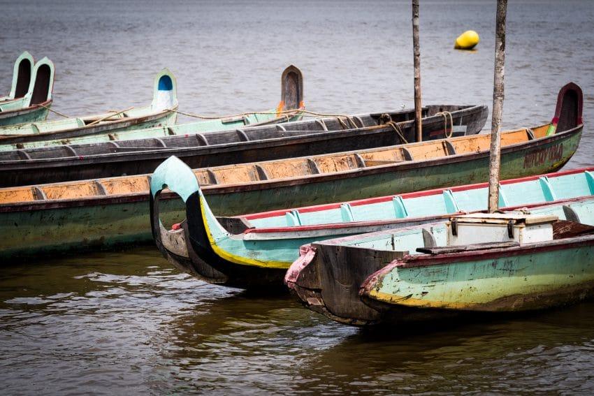 Pirogues sur le Fleuve Saint Laurent du Maroni  - culture bushinengué Guyane - Carnet de voyage en amazonie - photo guyane