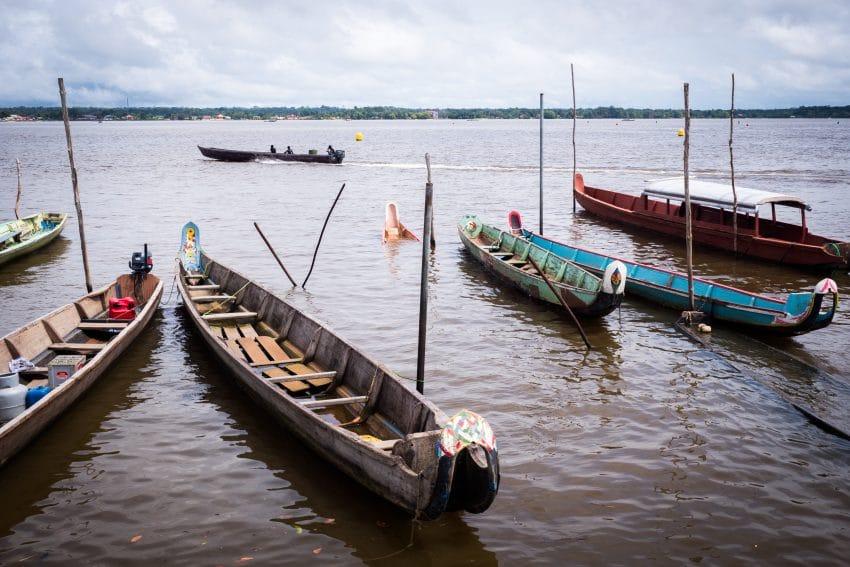 Voyage en Guyane en Amazonie - Photo de Pirogues sur les rives du fleuve Saint Laurent du Maroni