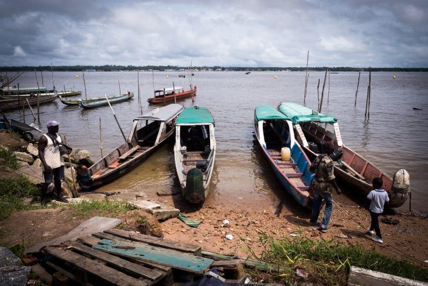 Pirogues sur le Fleuve Maroni à St Laurent en Guyane Française Amazonie