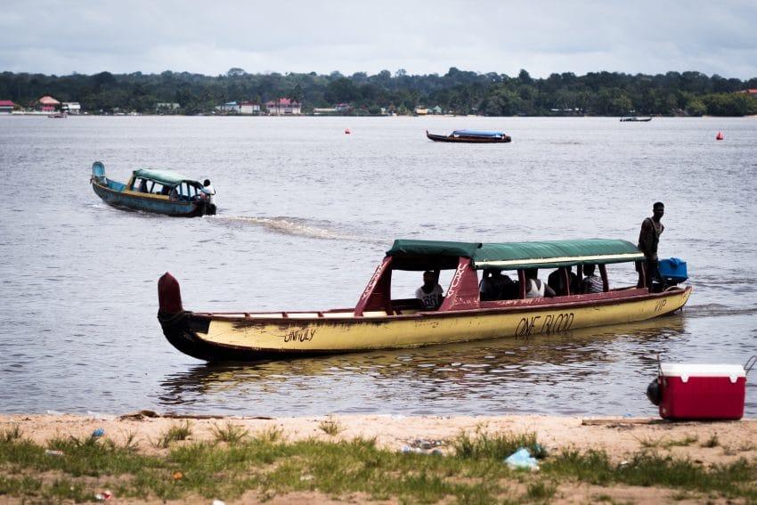 Pirogues sur le Fleuve Saint Laurent du Maroni  en Giyane Amazonie- Photo Amazonie et Carnet de voyage en Guyane